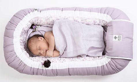 baby sover i en babynest